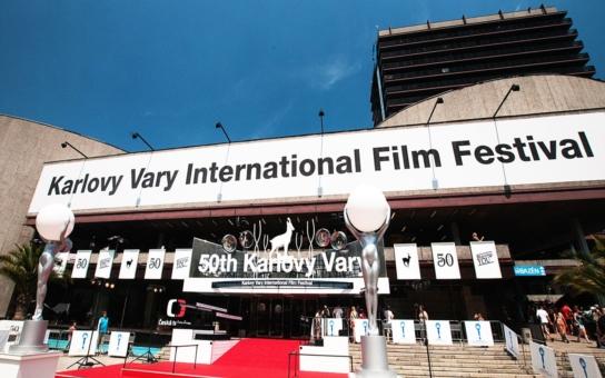 Účastníci filmového festivalu způsobili obyvatelům Varů peklo. Doma se kvůli nim dusili horkem... Město marně apeluje, ale zlatá mládež řádí celou noc