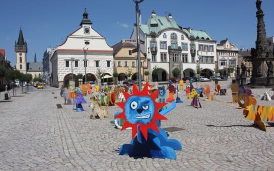 Náměstí ve Dvoře Králové nad Labem zaplnila smečka téměř osmi desítek lvů. Chcete se mezi živými králi zvířat projet svým autem? Vjeďte rovnou do safari