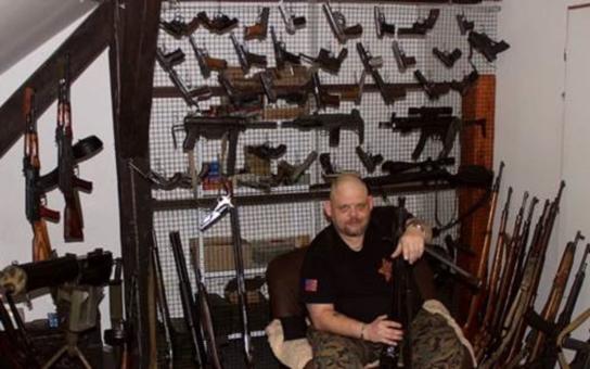 Každý má právo se legálně bránit, zdůrazňuje expert na zbraně a majitel country salonu v Plzni. Naši policisté vědí, jak na Nováka nebo Lakatoše, ale jak na parchanta z pouště, který vraždí, aby se zalíbil Mohamedovi?