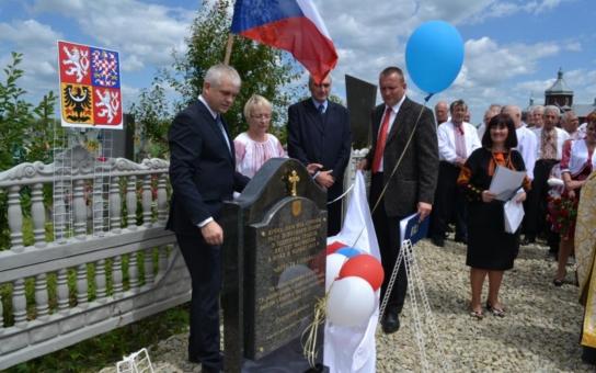 Nová pamětní deska na Jindřichohradecku připomíná padlé vojáky ve Starém Martinově na Ukrajině