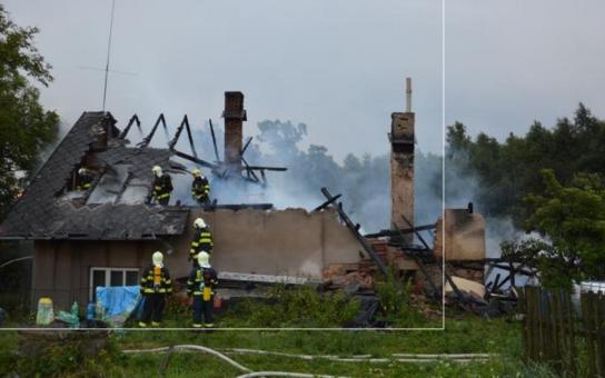 Rodině vyhořel celý dům. Dvě děti přišly o matku, která je živila. Pardubický kraj pro ně uvolní finance z krizového fondu