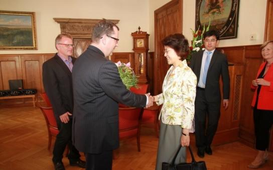 Velvyslankyně Číny navštívila Olomouc. Takovou návštěvu tu měli po dvanácti letech. O čem se mluvilo? O květinové výstavě i o ekonomických otázkách