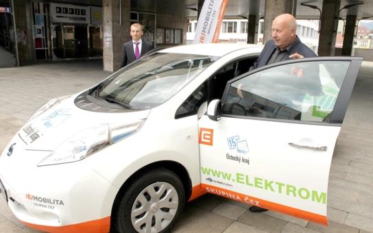 Hejtman Bubeníček dostal klíčky od vozů. Jsou to elektromobily. Jezdí v dresu oranžového giganta