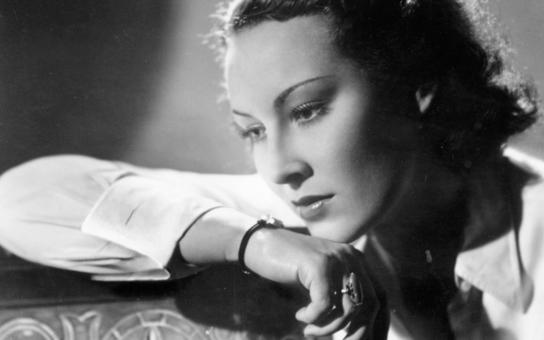 """Říkali o ní, že je nacistická děvka, její velké """"lásce"""" udělal přítrž až Hitler. Jak to bylo doopravdy s kolaborací Lídy Baarové a proč ji její sestra zaplatila životem? Tajnosti slavných"""
