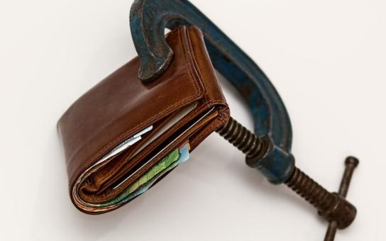 Exekutoři si mastí kapsy, kvůli jejich nárokům se relativně malý dluh promění v nesplatitelný. Jak nesmyslný český systém ničí lidské životy. Životní K.O.