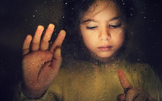 Více než dvacet tisíc dětí u nás vyrůstá mimo biologickou rodinu. Ročně je odebráno rodičům kolem tří tisíc dětí, mnohdy jen kvůli chudobě