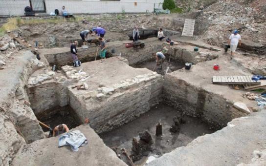 Archeologové našli v proluce u Muzea umění Olomouc i kolínský denár, minci z 10. století. Odkryly se jim i další poklady