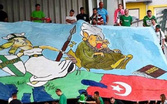Zelená je tráva, fotbal to je hra. Muslima s rypákem noha nakopává ... A je zle. Více o tom, jak Češi protestují při sportu
