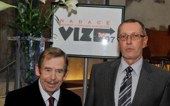 """Prezidentský záchod, do něhož se chce """"vydělat"""" známý novinář… Havel by se obracel v hrobě, píše čtenář o trapném vydělávání peněz na jeho jménu"""