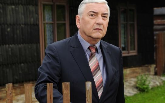 Nečekaný konec popularity nejoblíbenějšího českého herce a moderátora. Zlomyslní kritici se na něm vyřádili. I diváci: Je starej, opelichanej, tlustej a ošklivej
