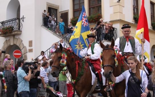 Na letošní dožínky v Kroměříži lákají folklórní tradice, jarmark i vystoupení Hradišťanu. Věnec pro hospodáře převezme hejtman Stanislav Mišák
