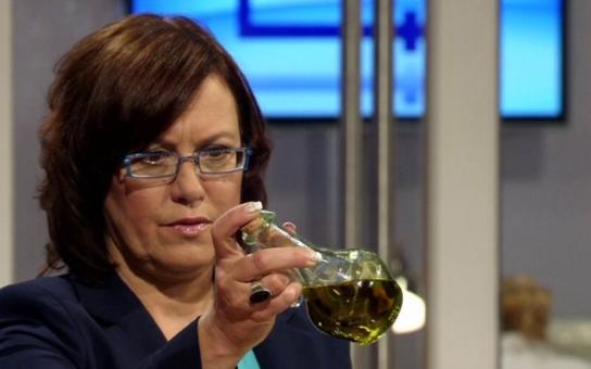 Káže vodu, pije víno. Zatímco druhým doktorka Cajthamlová vyluxuje ledničku, sama miluje plný talíř, dobré pití i cigarety. A teď si ještě navíc 'vypůjčila' sexy manžela populární herečky