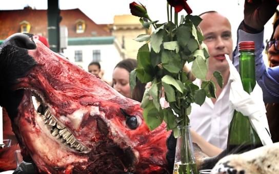 Menu jako pro upíry, na pražském Náměstí Republiky tekla krev proudem. Víte vůbec, jakou hrůzu máte denně na talíři?