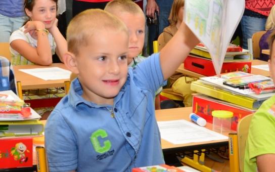 První jihočeské miminko z roku 2009 je už v první třídě. Hejtmanu Zimolovi chlapec namaloval traktor