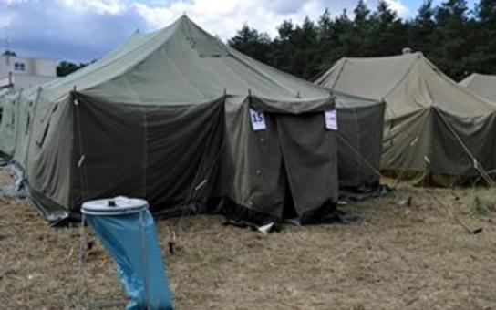 Desítky hasičů, stovky snídaní…. Hejtman Hašek obdržel čísla z výstavby uprchlického tábora. Kdo ho doprovodil do Břeclavi?