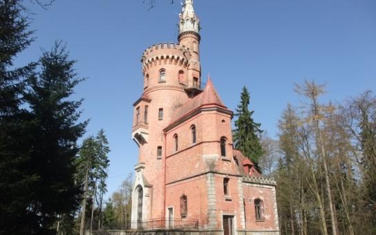 Nejohroženější česká rozhledna chátrá v lese. Má kuriózní minulost i návštěvníky, ale také velkou smůlu