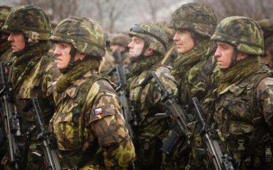 To naše armáda nevydrží ani minutu bez piva? Český armádní konvoj projíždí Slovenskem a naši bývalí bratia z něj mají srandu. Proč? Podívejte se pořádně na fotku