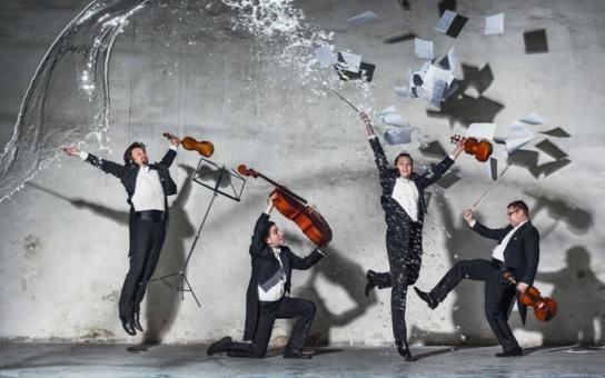 V lázních začíná prestižní hudební festival. Karlovarští umělci zahráli Novosvětskou symfonii přímo mezi sloupy kolonády. Dvořák baví je i turisty!