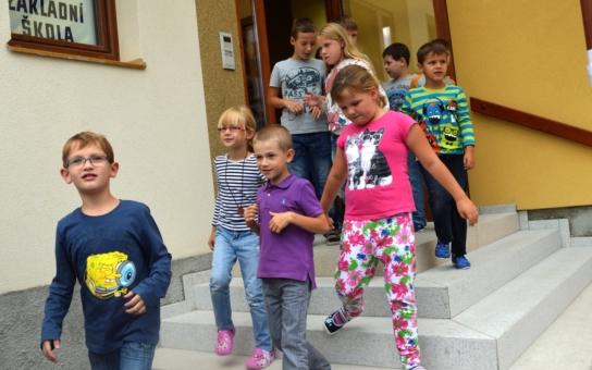 Ve slezských Kravařích opravili nebezpečný vstup do školy. Děti se tam hrnou jak velká voda