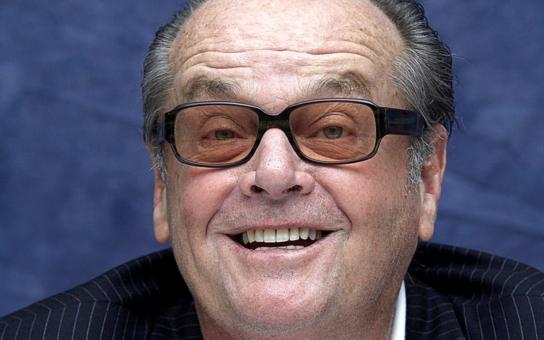 Matka se vydávala za jeho starší sestru, jako partner je naprosto nepřijatelný. Co Jack Nicholson skrývá za svými výstřednostmi a proč se po něm najednou slehla zem. Tajnosti Hollywoodu
