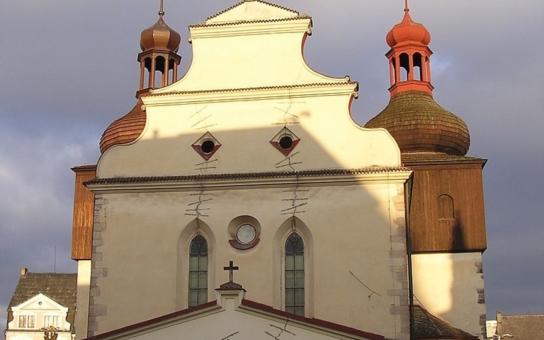 Gotický kostel v Náchodě má opravenou střechu i věž, která se jmenuje Adam
