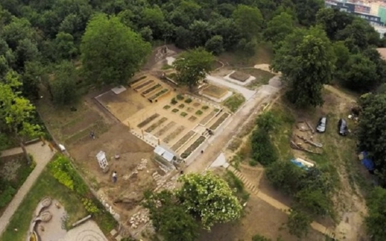 Chcete si vypěstovat vlastní bylinky? Brno podpoří milionem korun projekt městské minifarmy pod Špilberkem u psí stezky. Otevře se doposud nepřístupný prostor
