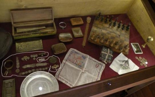 Z Legiovlaku v Českých Budějovicích někdo ukradl vzácné šperky. Byly vyrobeny z mincí a střel