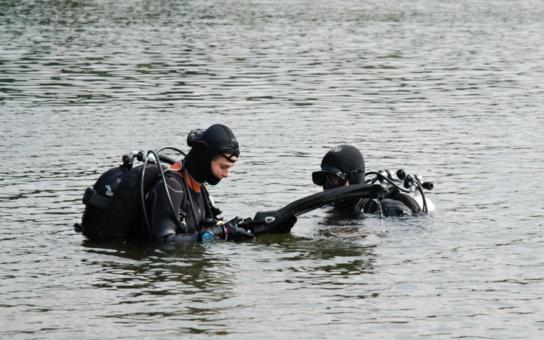 Potápěči s dobrovolníky čistili libereckou přehradu. Podívejte se, kolik harampádí možná plulo kolem vás, když jste se v ní v létě smočili