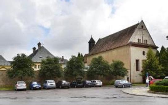Kraj ve sporu o vlastnictví bývalého kapucínského kláštera v Opočně podá dovolání k Nejvyššímu soudu. Nechce, aby stavba skončila v restitučních nárocích