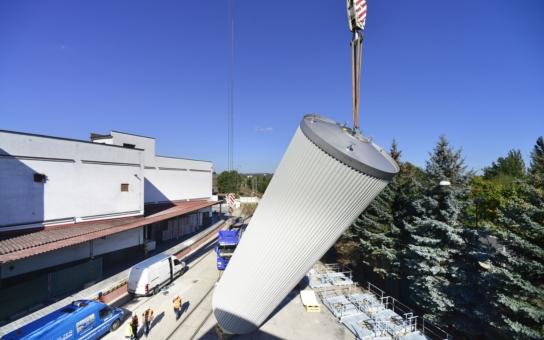 Budějovický Budvar instaloval deset přetlačných tanků kvůli rozšíření výrobních kapacit. Podívejte se na sérii fotografií z akce