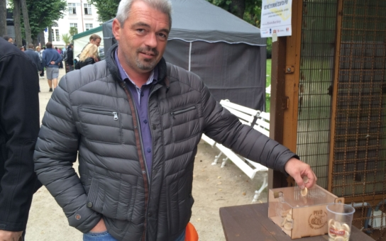 Zašli na jedno a přispěli tím 30 korunami na Konto Bariéry… Oslavy Dne českého piva v Karlových Varech odstartovaly projekt Pivo pro charitu