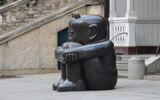 Před lázeňskou kolonádou se usadil černý čert. A město si s ním neví rady. Je to nový ochránce Varů? Nebo symbol zla?