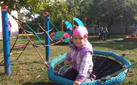 Přestěhovaná školka v Suchohrdlech u Miroslavi otevřela nové hřiště. Ruku k dílu přiložili rodiče i prarodiče malých školáků