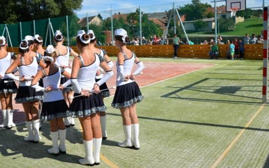 Lhánice nedaleko Dukovan pokřtily nové sportoviště. Dosud mohli obyvatelé jen plavat v nádrži nebo na ní bruslit