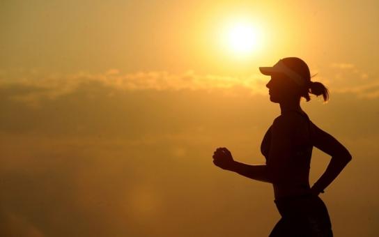 Návod, jak zdravě a s radostí běhat, se věnuje specifickým obdobím v životě ženy – pubertě, těhotenství, kojení, menopauze, běhání s kočárkem i dětmi…