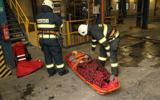 Došlo k vážnému pracovnímu úrazu při pádu v Elektrárně Tušimice. Simulace přinesla i novinky při záchraně lidského života