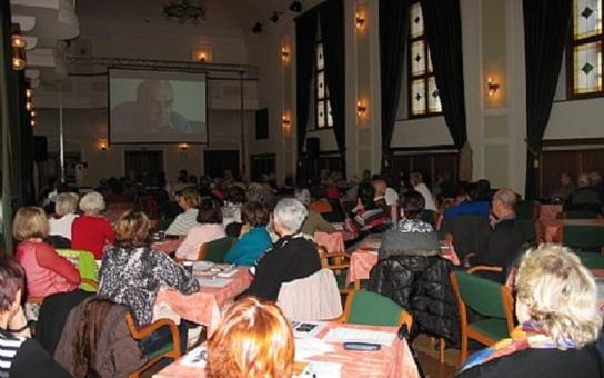 Podvodů na seniorech neubývá, upozornili odborníci v Uherském Hradišti. Šmejdům se musí utnout tipec