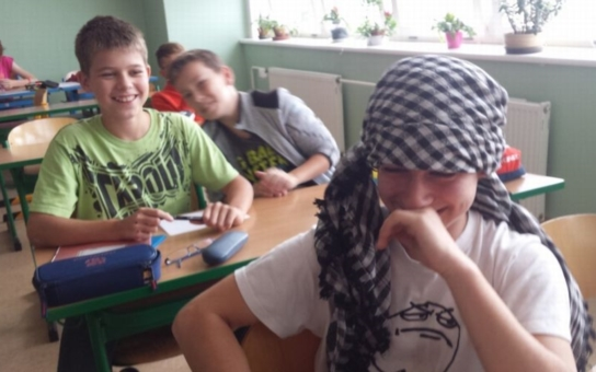 Přišla do třídy v nikábu a učila sedmáky, jak se modlit k Alláhovi. Odpůrci islámu žádají její hlavu. Budete zírat, co tomu říká školní inspekce