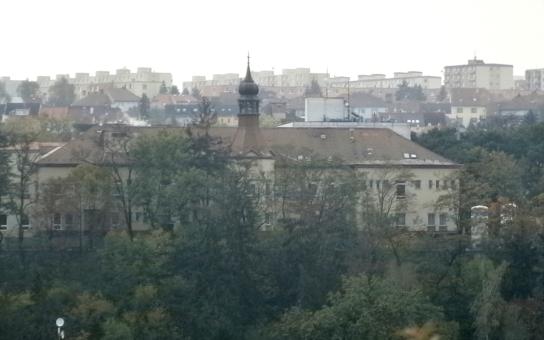Demoliční četa v areálu třebíčské nemocnice má sprovodit ze světa přes sto let starou dominantu. To nechce dopustit pravnuk stavitele. Patrioti zachraňují historickou věž
