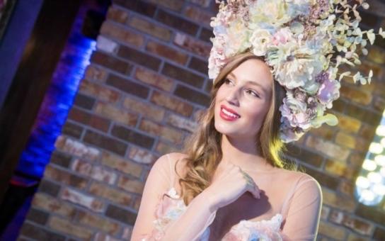 """Něžná krása a dívčí půvab? Pche, české missky vysíláme do světa v """"sexy"""" modelech typu zmalovaná polonahá štětka. U Miss Earth je to aspoň půl na půl, podívejte"""
