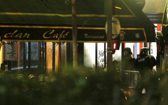 """Celý svět truchlí: Le monde est Paris. Merci, stojí v twitterové zprávě Pařížanky.  Účet """"evropského jedenáctého září""""? 128 mrtvých, tři stovky zraněných… Zatím"""