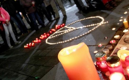 Účastníci pietní akce v Brně sestavili Eiffelovu věž ze svíček. Hejtman mluví o hlídkách kolem brněnské mešity