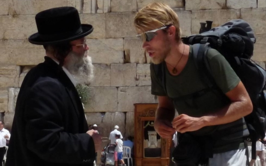 Došel pěšky až do Jeruzaléma, a pak ho na letišti málem zabila raketa. Skutečný, i když neuvěřitelný příběh, plný omylů, pozoruhodných setkání, puchýřů i opruzenin