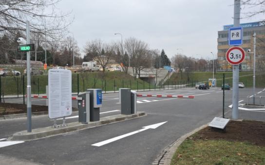 """Brno má nové parkoviště ve stylu """"Zaparkuj a jeď. Má to snížit počet aut a emise. Ode dneška funguje v testovacím režimu"""