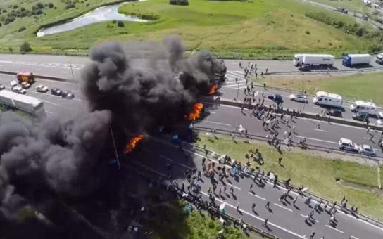 Peklo v Calais: Prohodili mi předním oknem špičatý dřevěný kůl, mohli mě zabít, vypráví český kamioňák. Máme foto i reportáž z džungle, jak říkají uprchlickému táboru
