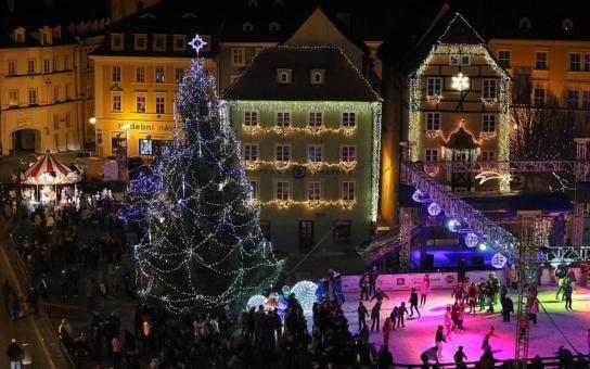 Nové vánoční trhy ve Varech pokračují starým způsobem pokus - omyl. Akorát stojí stále víc.  Zachrání je primátorská zelňačka a náměstkův hrníček?
