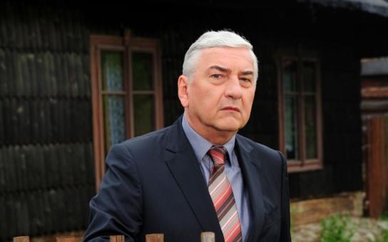 Česká televize natočila nejdojemnější milostnou scénu, ale suchar Donutil ji zkazil. Proč dostal pořádnou facku? Mrkněte na fotky