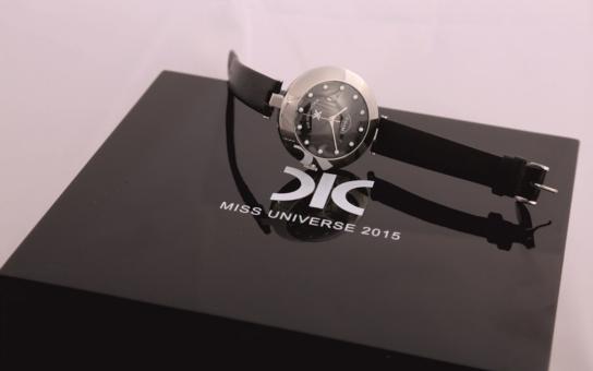 Na Miss Universe se vydražily české hodinky PRIM s diamanty od firmy DIC. Byly to první hodinky v historii soutěže, navíc od designérů Olgoj Chorchoj