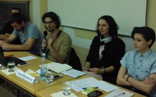 Mladá dobrovolnice na besedě v Plzni: Uprchlíci nejsou jen mladí muži, jak uvádí média. A že jsou zaostalí? První, co hledali, byly zásuvky pro chytré telefony. A dělali si selfíčka