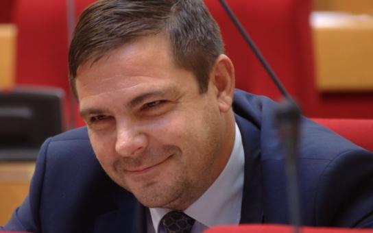 Odulá tvář, mastné vlasy a úsměšek na tučných rtech. Tak dnes vypadá kdysi sexy ministr, jemuž podlehla i nejkrásnější česká spisovatelka a jenž je důvod, proč Stropnický ostrouhal